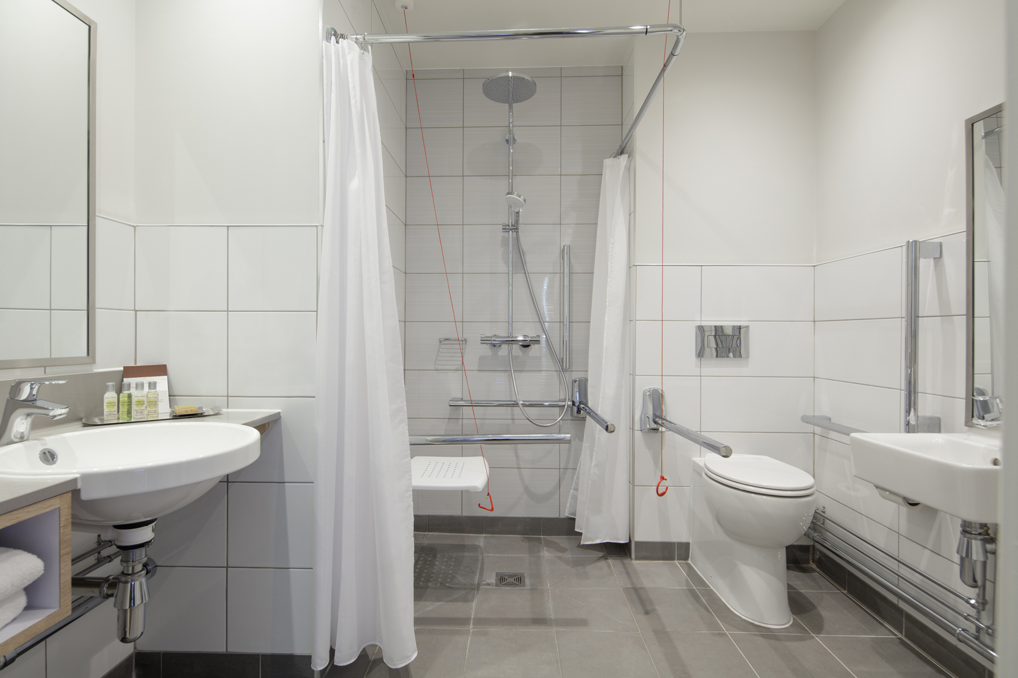 accessible bedroom bathroom doubletree by hilton stratford-upon-avon