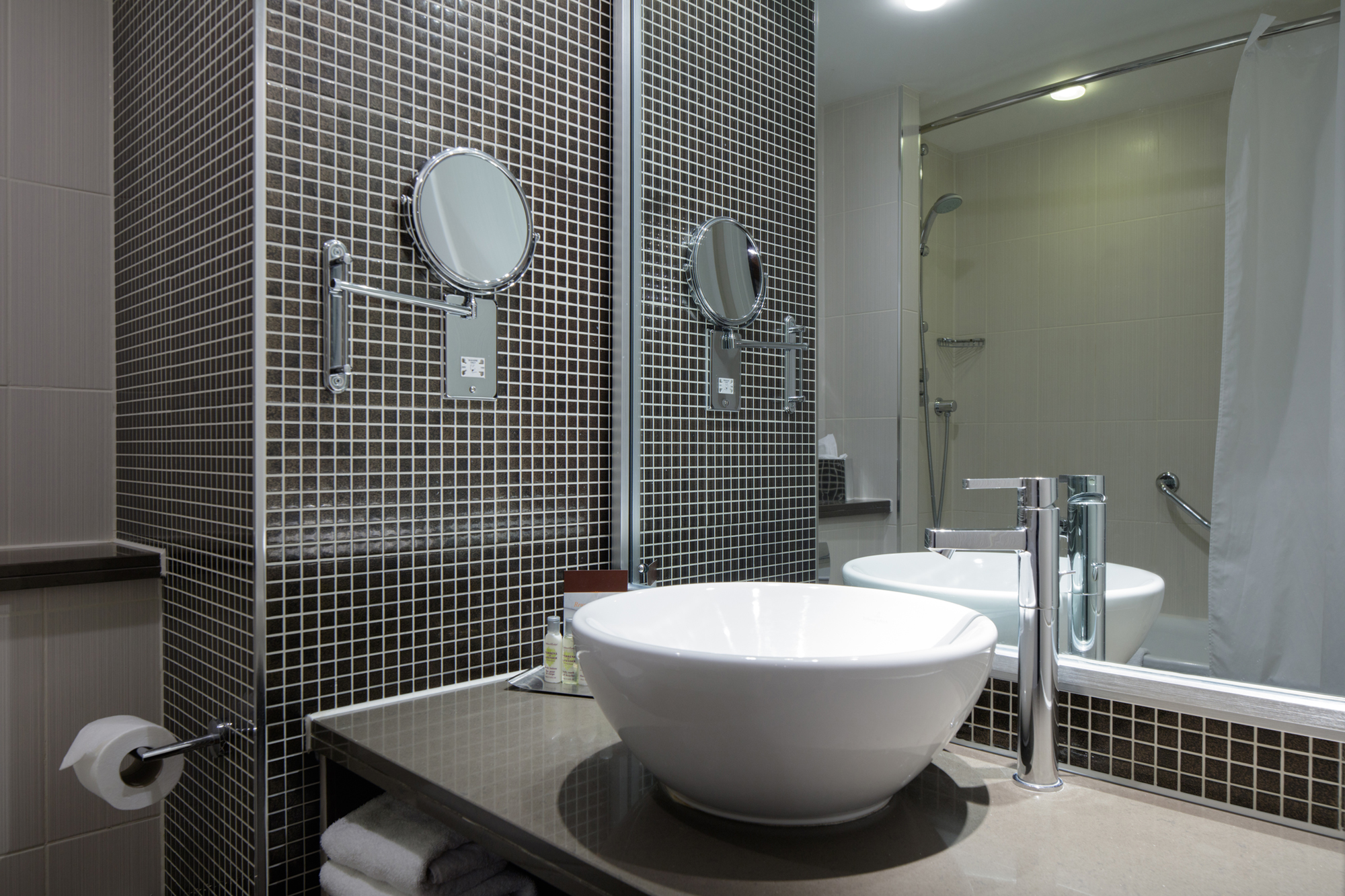 bedroom bathroom doubletree by hilton stratford-upon-avon